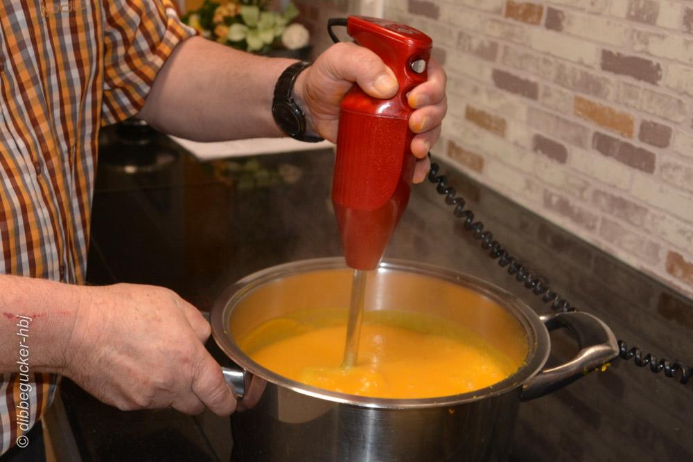 Pürieren der Suppe mit dem Mixstab