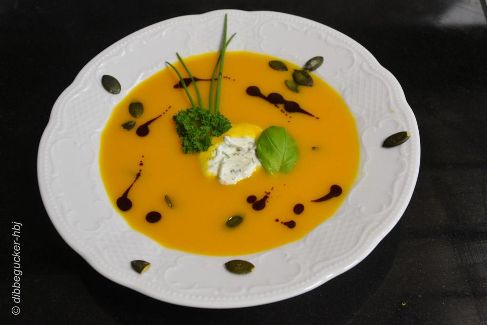 Angerichtet mit Crème Frâiche, Kürbiskernen & einige Tropfen Kürbiskernöl