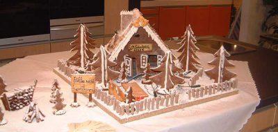Großes Lebkuchen Knusperhaus, welches in der KüchenEtage Heppenheim 2003 ausgestellt wurde.